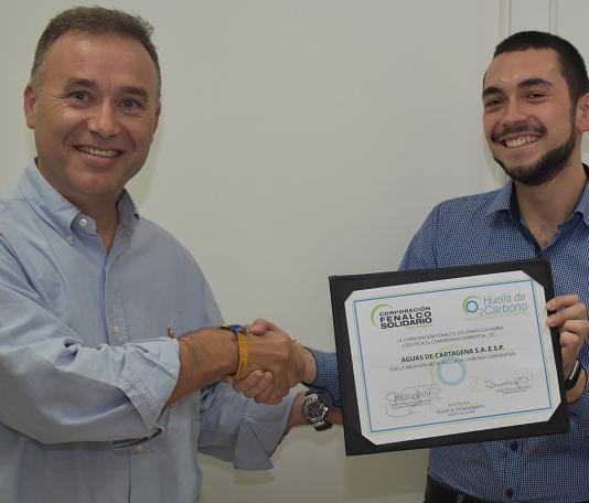 Jesus Garcia Garcia recibio a nombre de acuacar el certificado por su compromiso ambiental